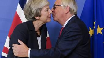 Die britische Premierministerin Theresa May hat am Mittwoch in Brüssel vor dem EU-Gipfel EU-Kommissionspräsident Jean-Claude Juncker getroffen, um mit ihm über die stockenden Brexit-Verhandlungen zu sprechen.
