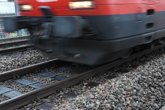 Das Rattern der Züge wirkt wie das Hämmern eines Schmiedes auf die Gleise