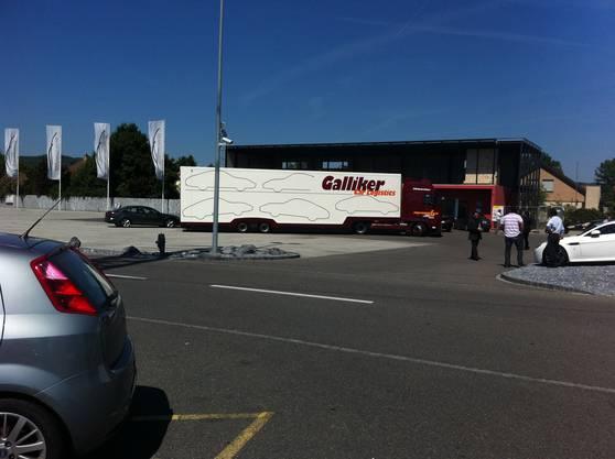 Aufsehenerregende Aktion am 25. Mai 2011 in Dintikon: Fidis Finance schickt 17 Sattelschlepper zu Santoros SAR Premium Cars.