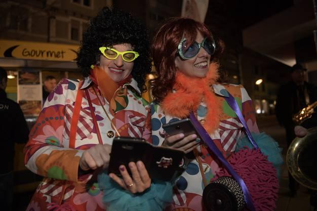 Zwei fesche Damen ... Links First Lady Veronika Scheidegger, ihr Gatte weilt in Bettlach am Gwösch.