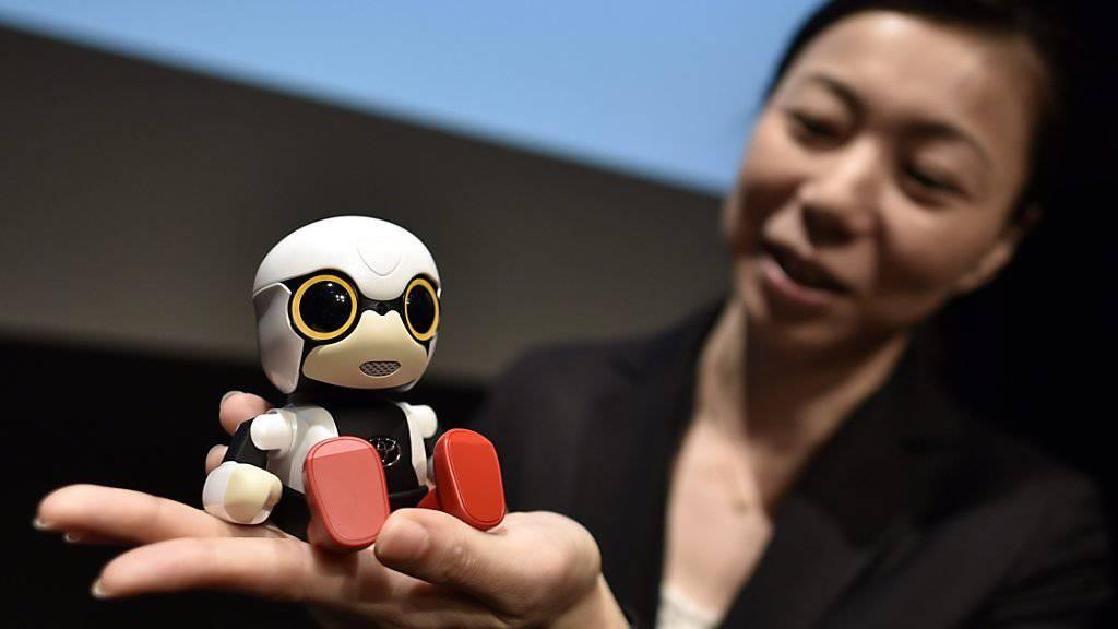 Richtig praktische Dinge kann dieser kleine Roboter aus Japan nicht erledigen. Der Kirobo Mini ist eher ein moderner Nachfolger des Teddybärs und soll seinen Besitzer unterhalten.
