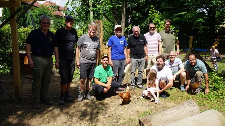 Mitglieder des Lions Club Olten und Mitarbeiter des Robi Olten mit einer Bewohnerin des neuen Hühnergeheges.