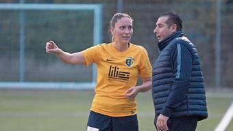 Die Fussballerin Sereina Küng vom FC Schlieren und ihr Trainer Fernando Esteban haben grosse Ziele.
