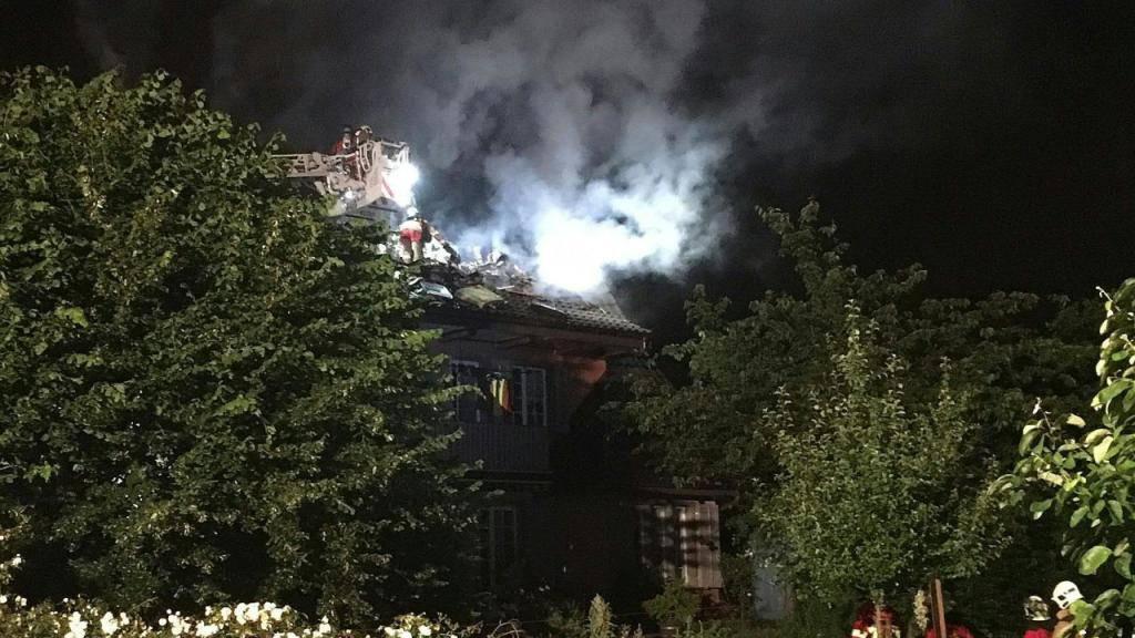 Die schlafende Hausbewohnerin musste geweckt werden: Dachstockbrand in Aarau nach Blitzeinschlag.