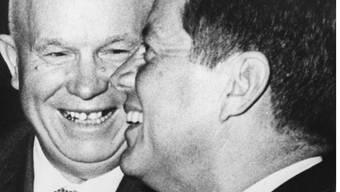 1961: Kennedy und Chruschtschow grinsen in Wien in die Kameras, drohen einander aber mit Krieg. Ullstein
