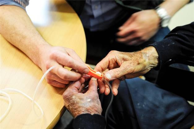 David Goodall testete am Donnerstagmorgen den Mechanismus, um später eigenhändig die tödliche Infusion öffnen zu können.