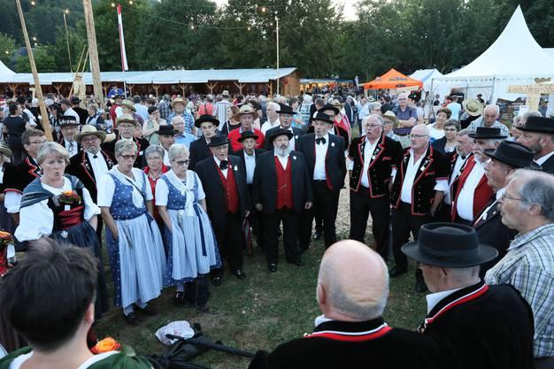 Mit anderen JoderInnen und Festbesuchern singt der Jodlerklub Muttenz im Jodlerdorf