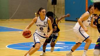Enisa Semanjaku (links im Bild.)  zieht an ihrer Gegenspielerin vorbei.