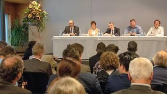 Das Podium mit (von links): Beat Schläfli, Ruth Humbel, Willy Oggier, Reto Dahinden und Michael Jordi.