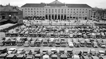 Damals waren Parkplätze noch kein Problem: Der Parkplatz der Mustermesse in Basel im April 1937 unmittelbar neben dem heutigen Parkhaus der Messe Schweiz. (Archivbild)