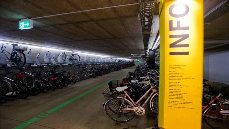 Fahrradabstellraum am Bahnhof Winterthur. Die Begleitkommission für den neuen Bahnhofplatz hatte diesen an einer Studienreise besucht.