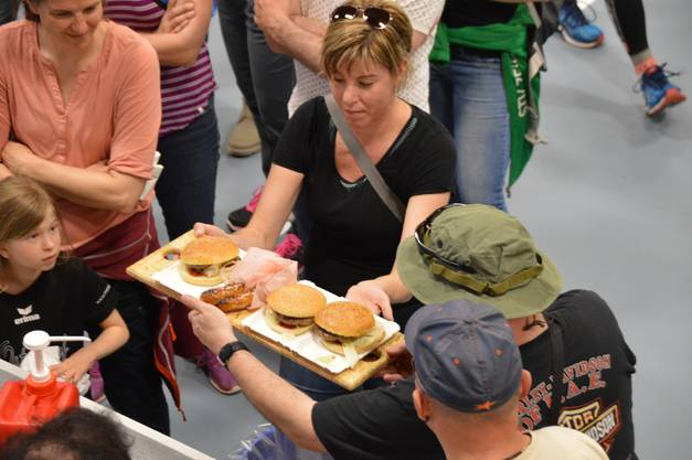 Impressionen vom Osterlauf in Eiken:Gegen den Hunger gab es Deftiges wie Burger, Bratwurst und Fritten sowie Süßes wie Kuchen und Eis.