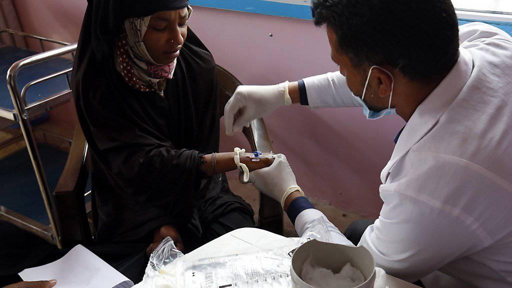 Ein Arzt behandelt eine an Cholera erkrankte Frau in Jemens Hauptstadt Sanaa. (Archiv)