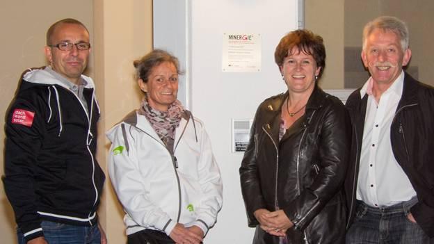 Die Energieberater Max Wyder und Vreni Mosimann (links) freuen sich mit Milly und Erwin Stöckli (rechts) über die Minergie-Zertifizierung des Tannhofs.