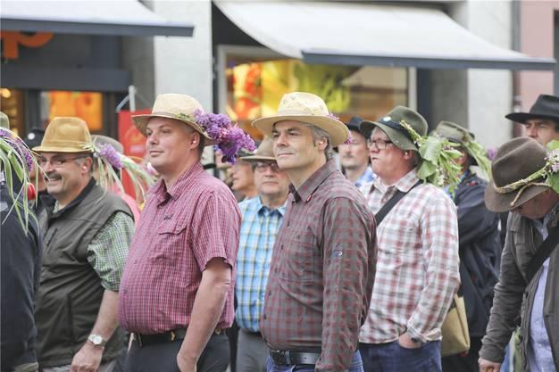 Einstehen, vorwärts, Marsch. Das gilt auch für Stadtpräsident Lukas Ott (Mitte).