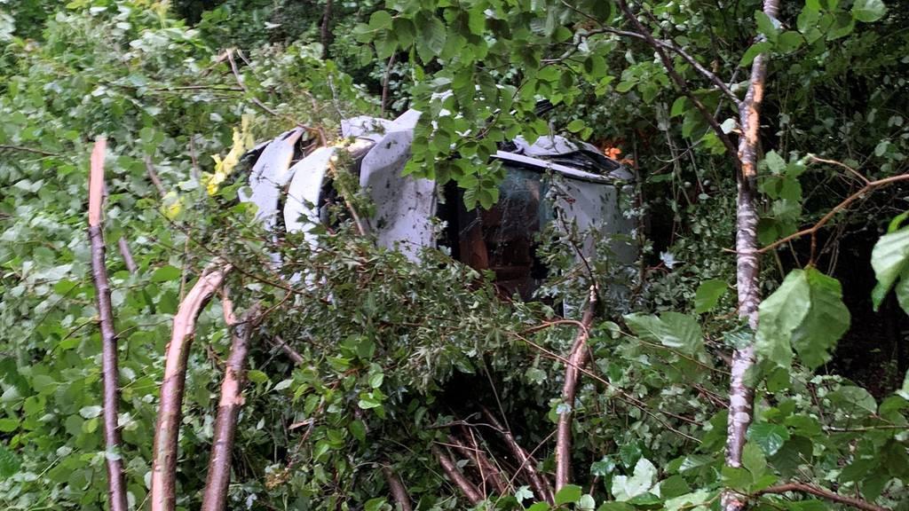 Autofahrer landet nach Unfall im Tobel