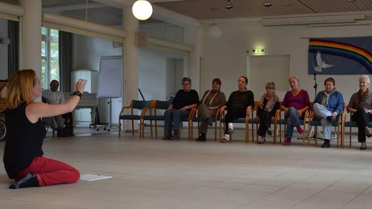 Annina Sonnenwald probt mit den Senioren die Lottoszene.Stefanie Suter