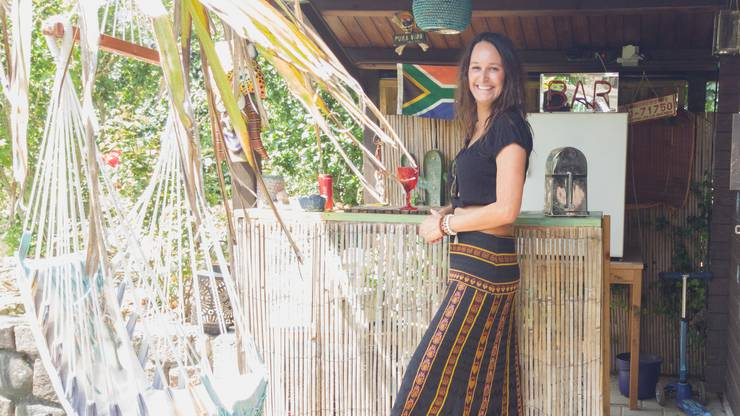 Franziska Matheja vor ihrer selbst gebauten Bar im Garten.
