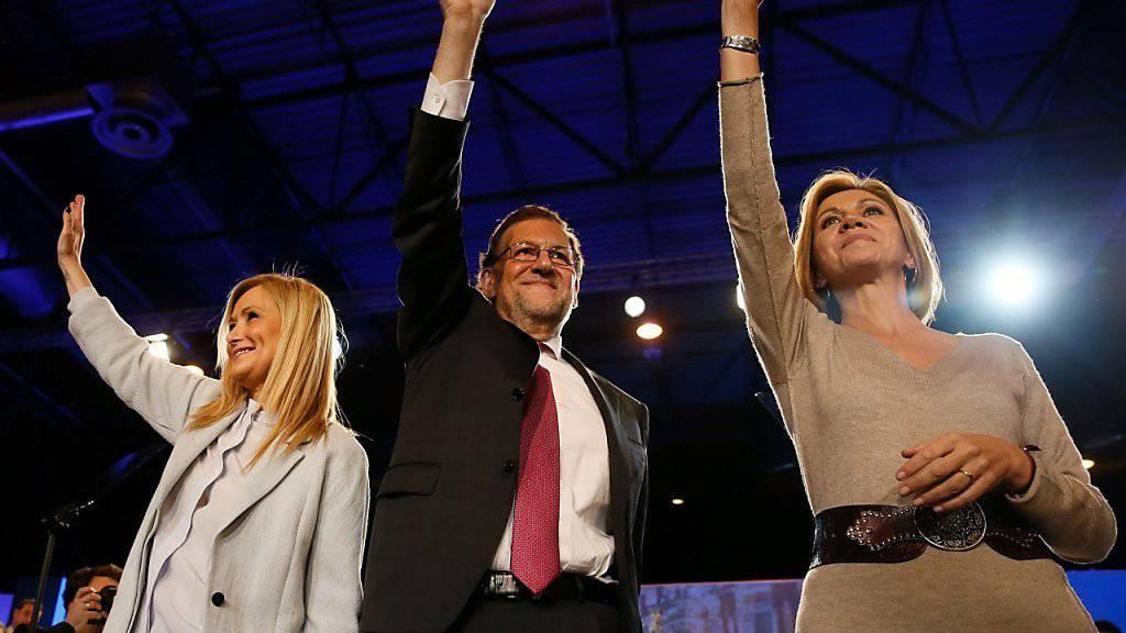 Spaniens Regierungschef Mariano Rajoy winkt Anhängern: Bis zum offiziellen Ende des Wahlkampfs am Freitagabend mobilisierten die Spitzenkandidaten ihre Wähler. Der Ausgang der Wahlen vom Sonntag ist offen wie selten.