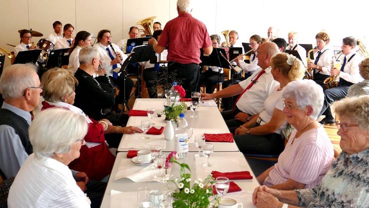 Die Jubilare lauschen den bekannten Melodien derMusikgesellschaft Boswil