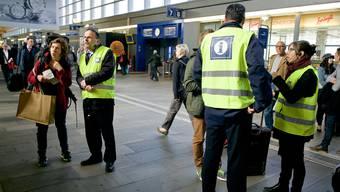 Die Reisenden ersuchen die SBB-Angestellten um Information.