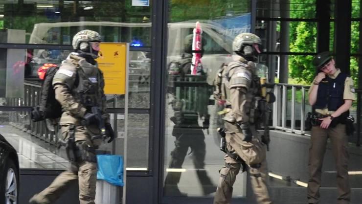 Polizisten bei der S-Bahnstation Unterföhring.