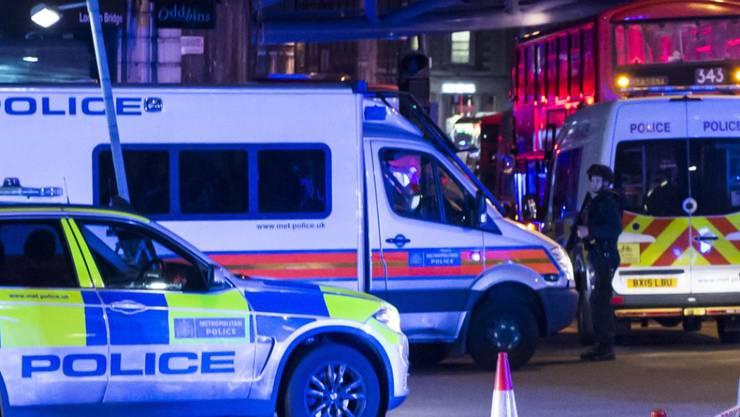 Die Sicherheitskräfte sind mit einem Grossaufgebot zur London Bridge geeilt, wo ein Van in eine Gruppe von Passanten gerast ist.