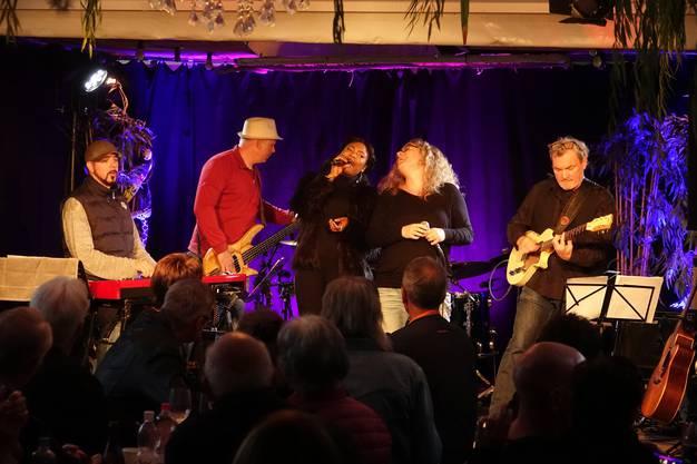 Die Strandbar in Villnachern ist wieder Treffpunkt für Musikgrössen aus dem In- und Ausland;Justina Lee Brown, Sandra Rippstein und Rotosphere begeistern das Publikum