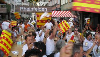Begeistert: Die mitgereisten Rheinfelder Jass-Fans freuen sich über den Sieg. (Bild: Marchauri)