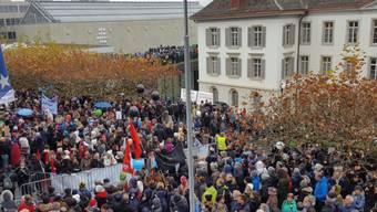 Über 8000 Personen demonstrierten am Dienstag vor dem Grossratsgebäude in Aarau gegen geplante Abbaumassnahmen im Personal- und Bildungsbereich.
