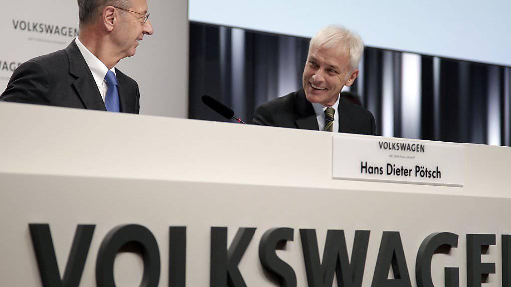 Die VW-Verwaltungsratspräsident Hans Dieter Pötsch und Konzernchef Matthias Müller geben in Wolfsburg Auskunft zum Stand der Untersuchungen  im Abgas-Skandal. (Key)