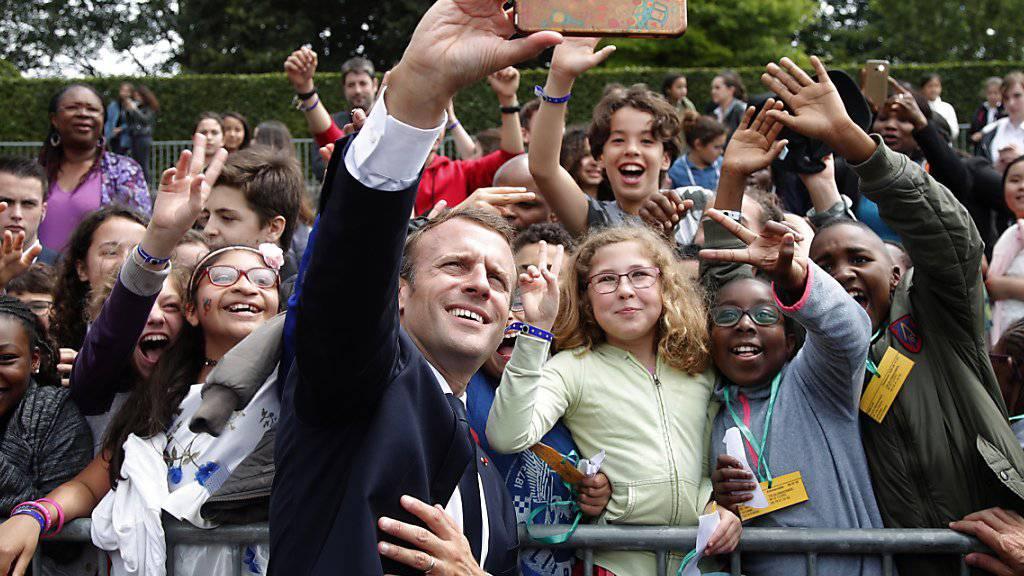 Präsident Emmanuel Macron ist nicht immer so streng mit Frankreichs Jugend. (Archiv)