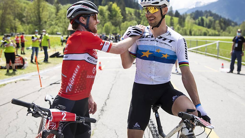 Nino Schurter (rechts) gratuliert Mathias Flückiger (links) zum Gewinn des Schweizer Meistertitels in Gstaad
