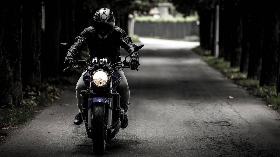64-Jähriger verliert sein Motorrad und verletzt sich schwer