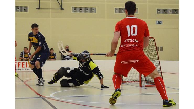 Goalie Waldenburg Nr. 26 Stephan Berger blockiert den Schuss von Köniz Nr.10 Floriean Witschi