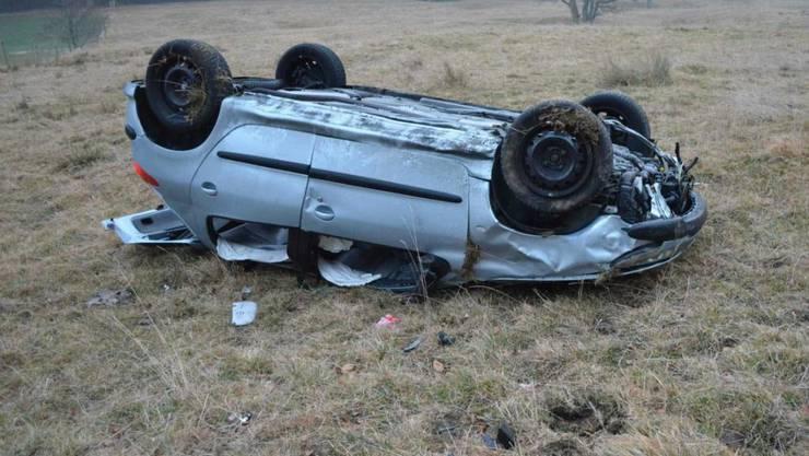 Auf Dach gelandet: Eine Lenkerin verlor auf dem Grenchenberg bei der Fahrt talwärts die Kontrolle über ihr Auto.