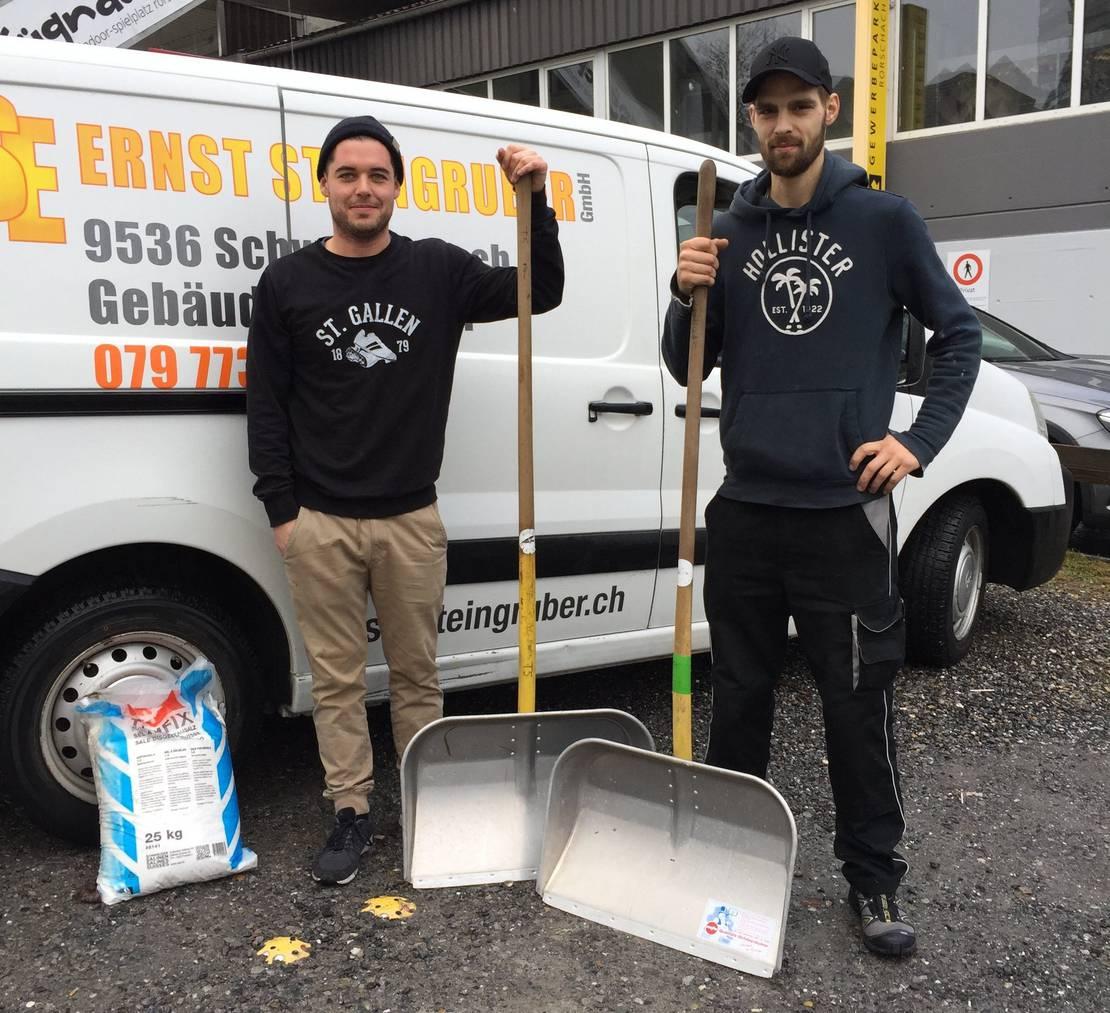 Florian Osterwalder (links) und Sandro Solic haben es im Winter streng. (Bild: FM1Today/Christoph Thurnherr)