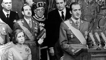 Eine Ära beginnt: Juan Carlos bei der Krönung am 22. November 1975. Sitzend daneben Sofía.