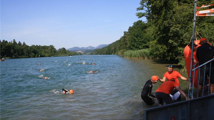 Vor dem Kraftwerk stiegen die Schwimmer zum ersten Mal aus der Aare.