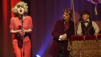 Der kleinwüchsige Ballonfahrer Lucid Allan und Conférencier Daniel Malheur sind etwas überrumpelt von der Inbrunst, mit der Drag-Queen Mona Gamie ihren Song singt (Bild ub)
