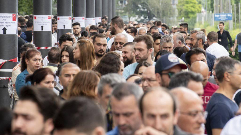 In der Schweiz wählten weit über die Hälfte der hier registrierten türkischen Wahlberechtigten: So bildeten sich - wie hier in der Messe Zürich - lange Schlangen vor den Wahllokalen in Bern, Genf und Zürich. (Archivbild)