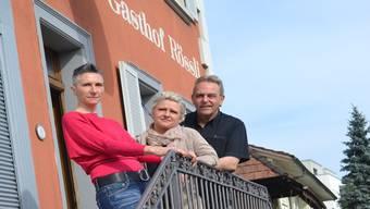 Wirte Michael Klemmer und Sandra Sami (r.) mit Servicekraft Conny. LEA
