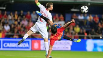 Gut verteidigt ist halb gewonnen: Der Schweizer Captain Stephan Lichtsteiner im Zweikampf mit Spaniens Stürmer Diego Costa.