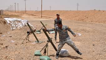 Sollen von US-Beratern Unterstützung erhalten: Irakische Soldaten feuern gegen Stellungen der Terrormiliz IS im Nordirak (Archiv)
