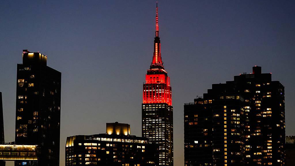 Pinkes Herz schlägt am Valentinstag am Empire State Building