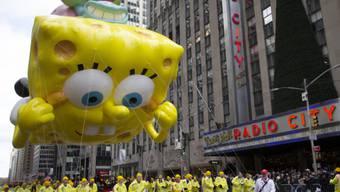 Die teilweise mehr als 15 Meter hohen Ballons, hier SpongeBob, schwebten deutlich tiefer über das New Yorker Pflaster als in den Vorjahren.