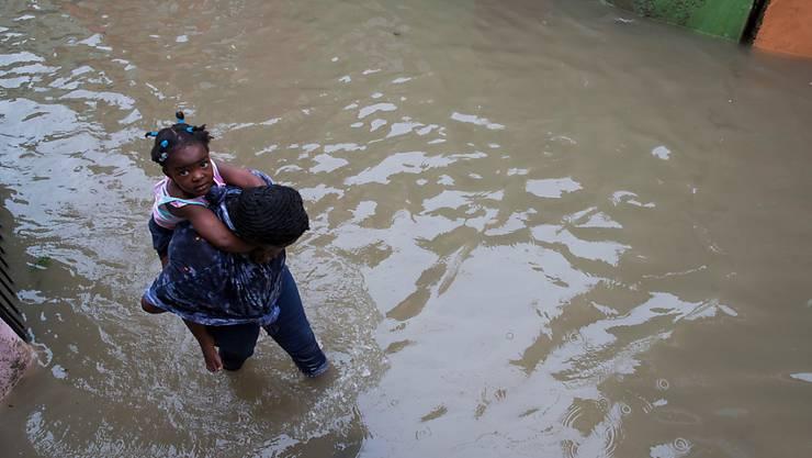 """Der Tropensturm """"Laura"""" hat in der Dominikanischen Republik zahlreiche Strassen unter Wasser gesetzt."""