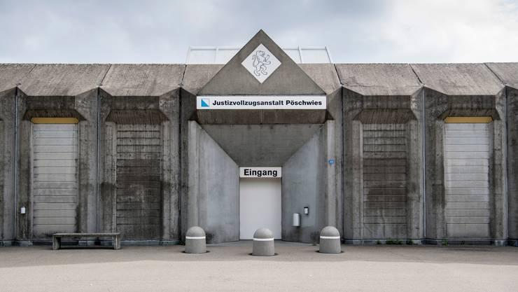 Blick auf den Eingang der Zürcher Justizvollzugsanstalt Pöschwies in Regensdorf.