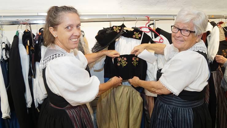 Barbara Rytz (l.) und Lotti Läuppi zeigen eine Suhrentaler Festtagstracht.