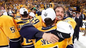 Jubelnde Schweizer in Nashville: Roman Josi umarmt seinen Landsmann Yannick Weber, nachdem die Predators den Einzug in den Stanley-Cup-Final geschafft haben.
